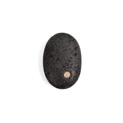 10. Koester lava gesteente, 6 cm, 18 krt goud, € 225