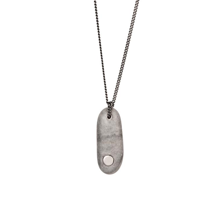 12. Koester ashanger kiezelsteen, 4.3 cm, zilver, € 175
