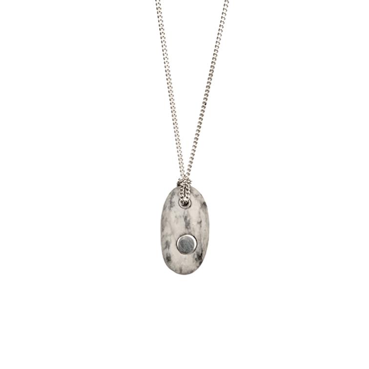 13. Koester ashanger kiezelsteen, 4.3 cm, zilver, € 175