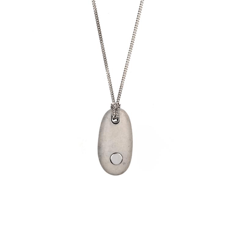 16. Koester ashanger kiezelsteen, 3.7 cm, zilver € 175