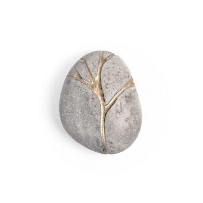 8. Koester kiezelsteen, 6.2 cm, zilver en bladgoud, € 225