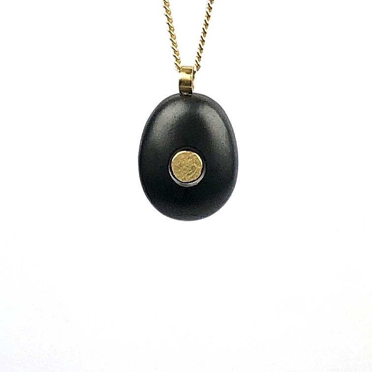 Koester ashanger hematiet, 1,9 cm, 18 krt goud, zilver, € 275