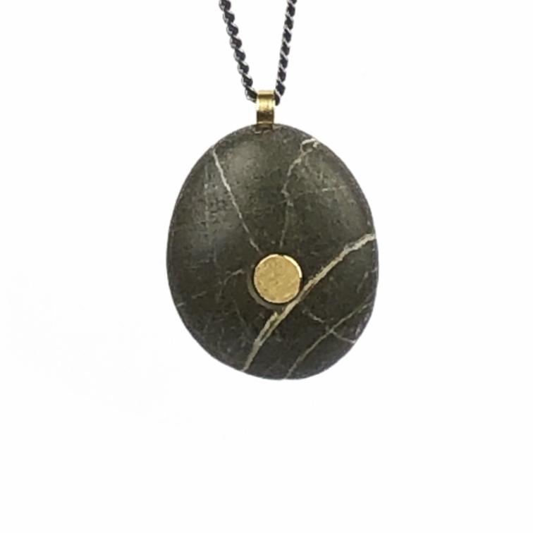 Koester ashanger kiezelsteen, 18 krt goud, zilver, € 250